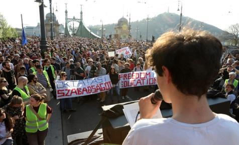 Tízezren tüntettek a CEU mellett: folytatják, ha a kormány nem lép vissza