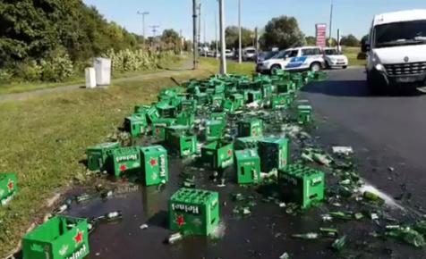 Megrázó felvételek – 2000 üveg sör borult az úttestre Szombathelyen