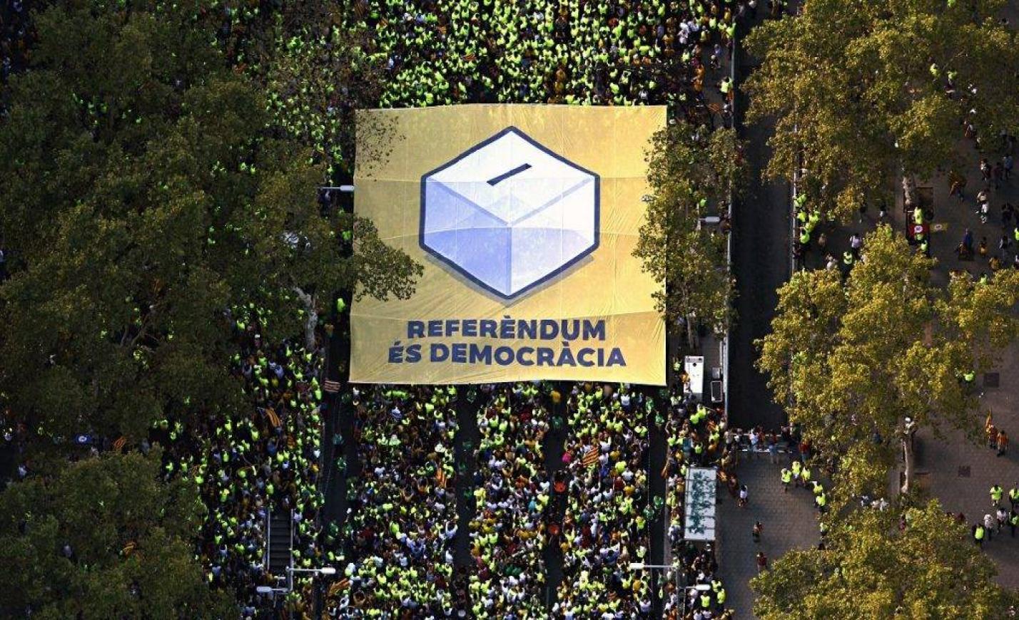 Százezrek vonulnak utcára Barcelonában