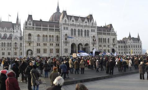 A szabad oktatásért tüntettek a tanárok a Kossuth téren