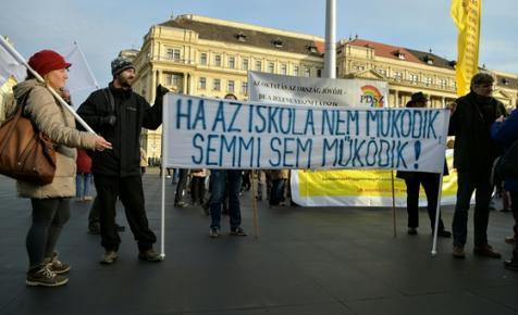 Iskolai békéért és szabadságért tüntetnek a Kossuth téren - ÉLŐ