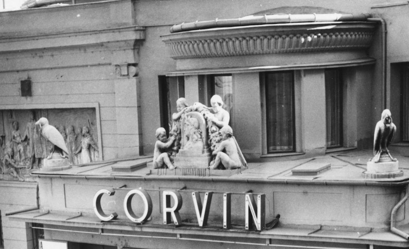 A húszas években még szellemes versekkel is csábította az embereket a Corvin Mozi