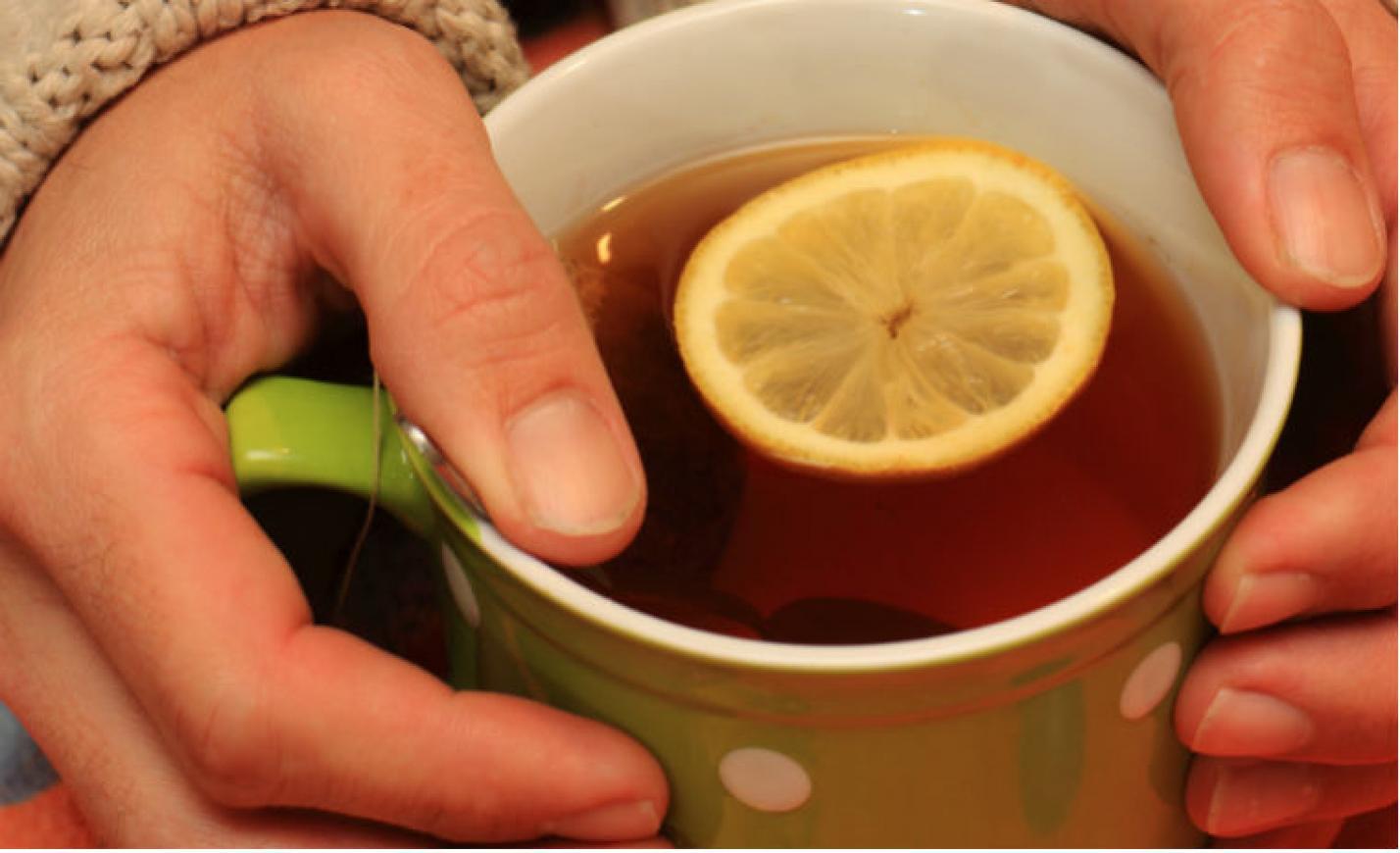 Igyenesen kínálnak forró teát a rászorulóknak