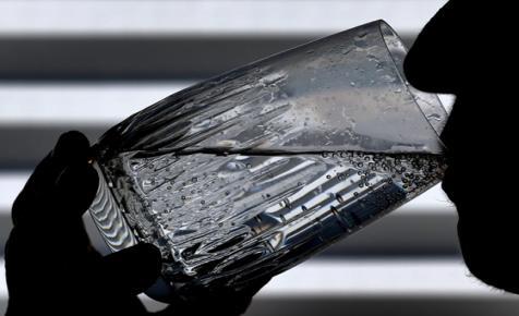 A palackozott vízzel együtt iszik egy kis műanyagot is