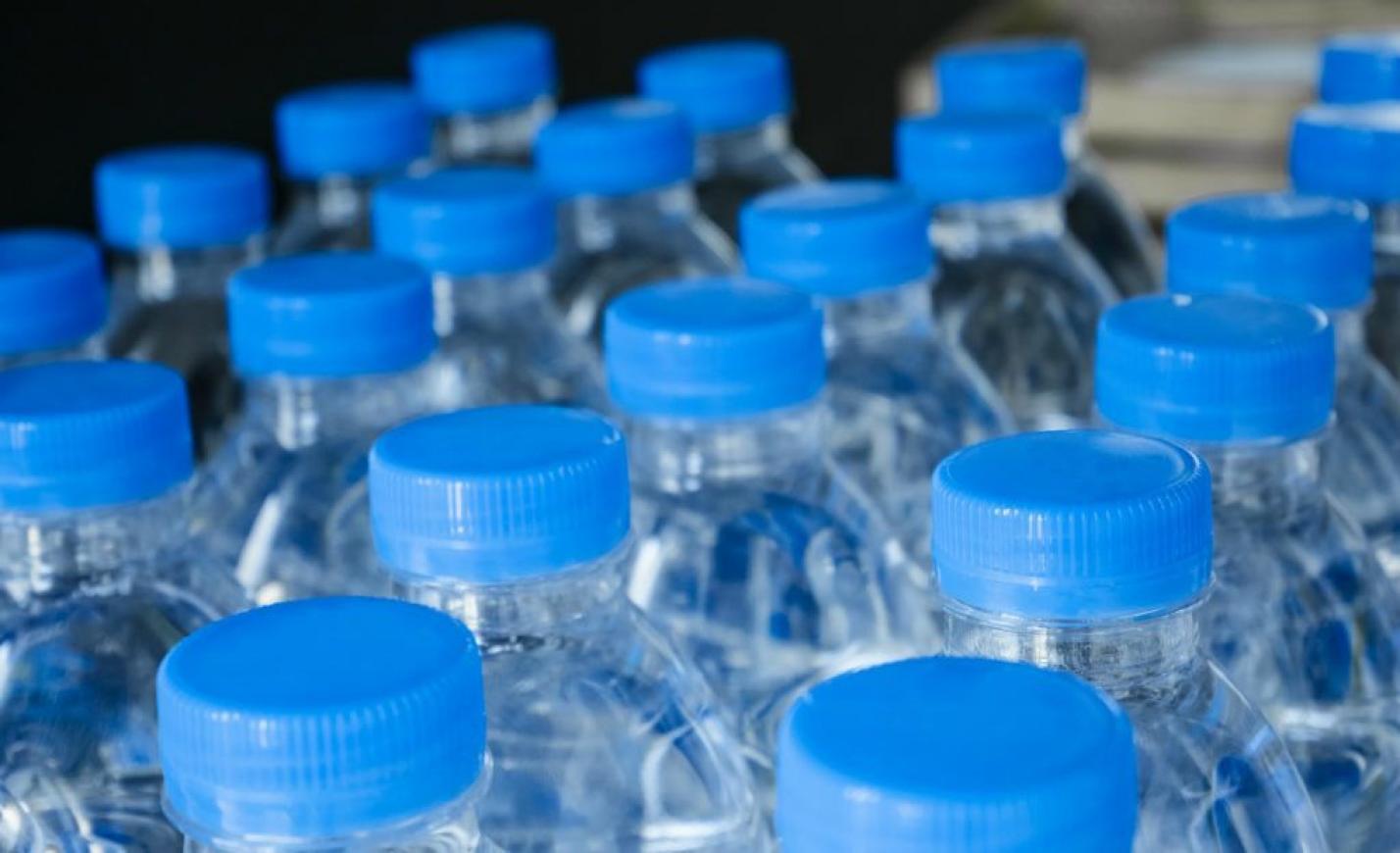 Mikroszkopikus műanyaggal szennyezett a palackozott vizek 90 százaléka
