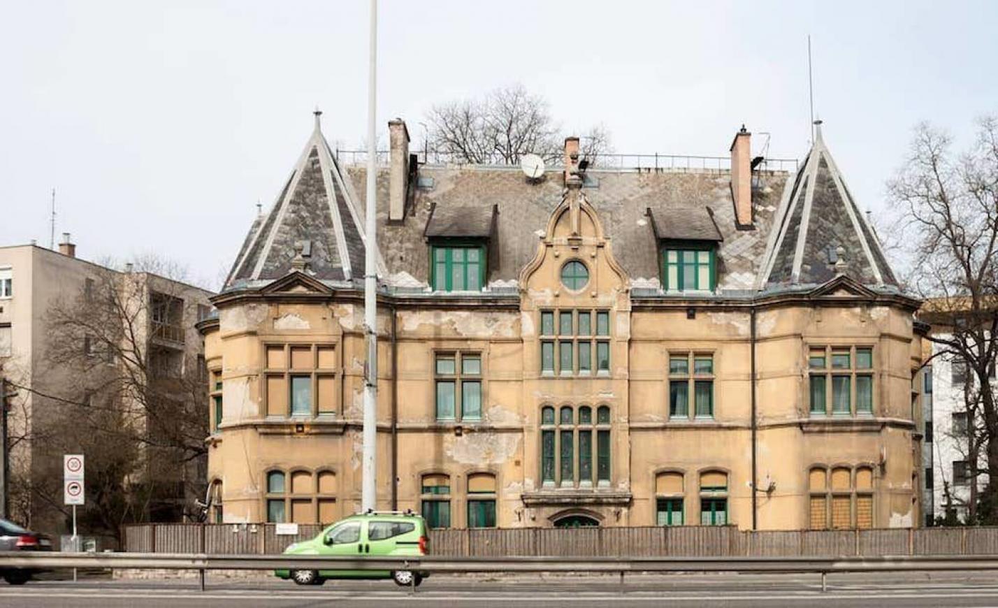 Angol tájba illő kastély áll Budapest peremén