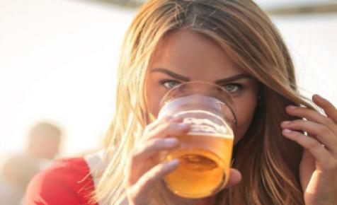 A Heineken lebomló poharat tesztel