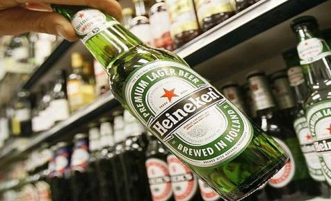 Lebomló poharat tesztel a sörök Soros Györgye