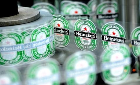 Most hirtelen nagyon jóban lett a kormány a vörös csillagos Heinekennel