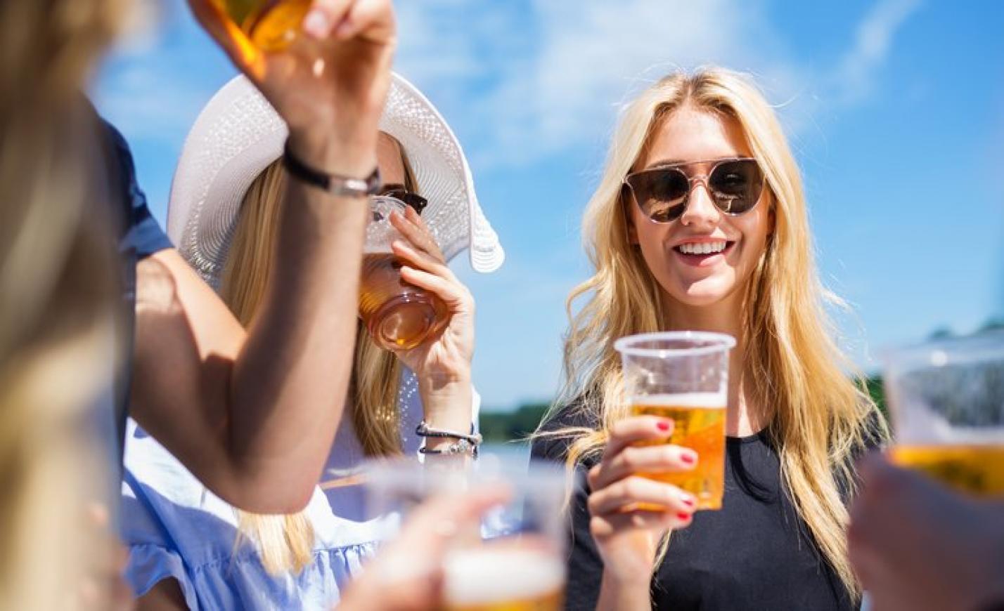 Akár 50 forint betétdíjat is fizetnének a lebomló söröspoharakért