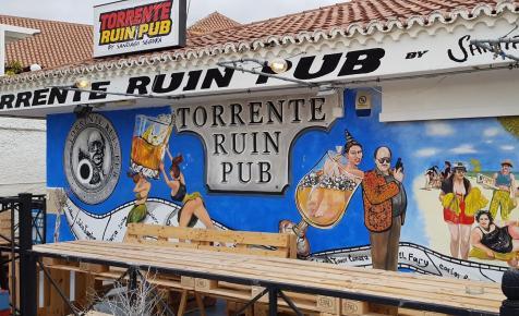 Torrente csapolja a sört ebben a romkocsmában