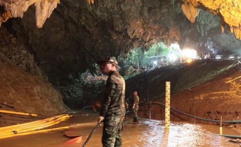 Dráma: szünetel a mentés, amely még több napig is eltarthat – sikeresen kimentették az első gyerekeket a thaiföldi barlangból, a többieket csak később hozzák ki – fotó