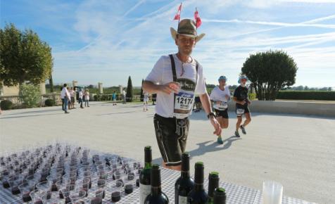 A világ legjobb maratonja, ahol a frissítőponton bort, libamájat és osztrigát osztanak