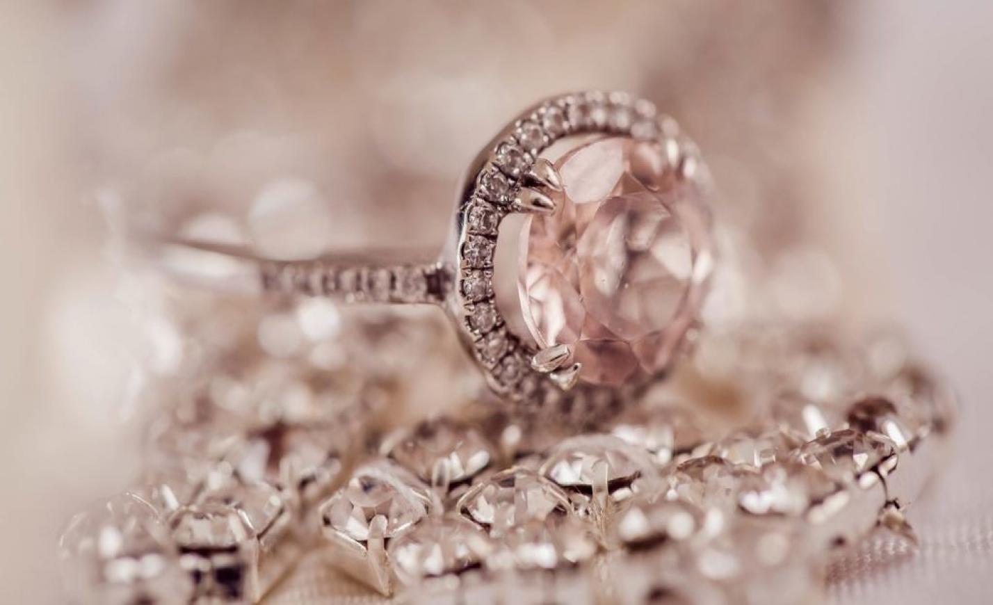 8 millió forintért kínálnak egy brillgyűrűt a karácsonyi árverésen