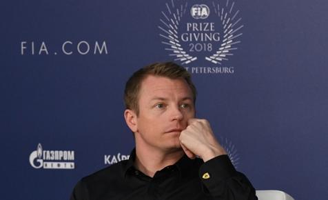 Kimi Räikkönen és a vodka találkozása a színpadon – videó