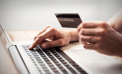 Ennek az embernek van a legtöbb aktív hitelkártyája a világon
