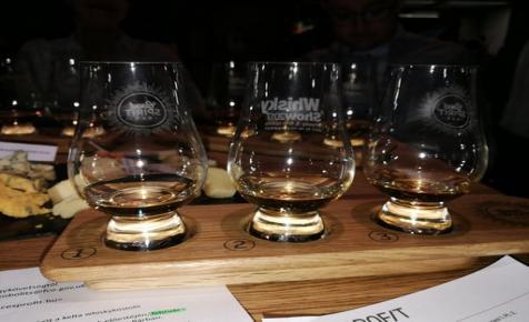 Kelta whisky póréhagymával és nárcisszal