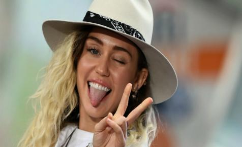Miley Cyrus meztelelnül pózol a kutyájával