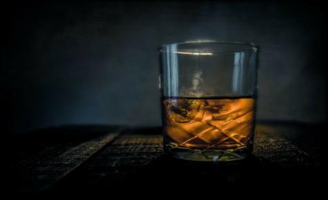 Na ezért nem szabad fél perc alatt lehúzni egy üveg töményet – videó
