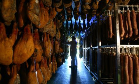 Meglepő módon kevesebbet költ a világ húsra és palackozott italokra