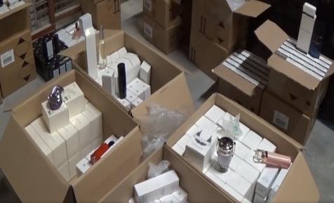 Parfümökkel csalt adót egy likőrgyár - videó