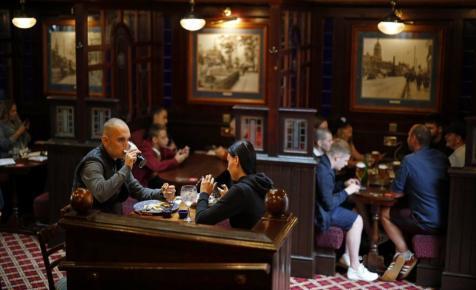 Anglia nagy napja: ismét megnyitnak a pubok