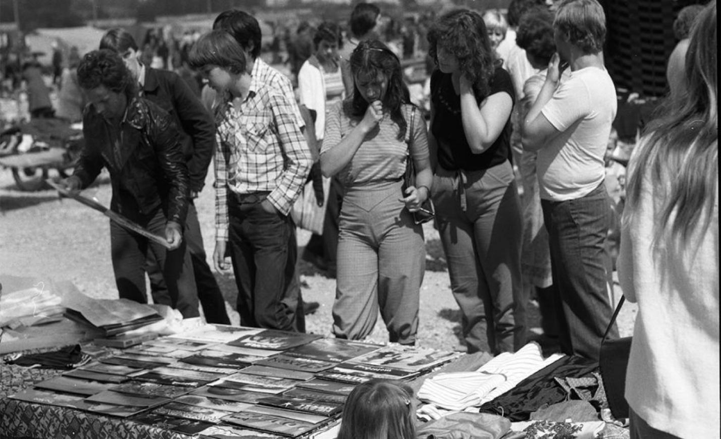 Újra divatosak a csillogó fekete lemezek – ezeket a régi magyar albumokat is kérjük!