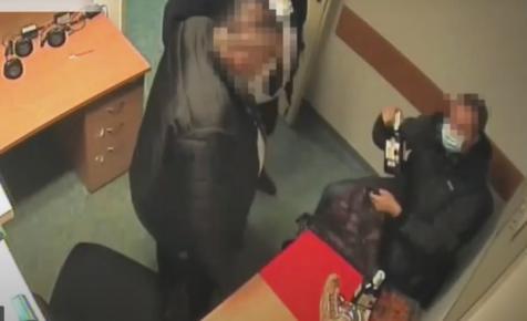 Videón, ahogy a Tesco biztonsági őrei kipakoltatják az őrszobán egy férfivel a lopott whiskyket