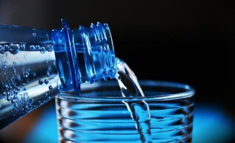 Hússzor annyi mikroműanyag kerül a szervezetébe annak, aki csapvíz helyett palackozott vizet iszik