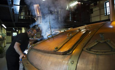 Egy teljes whisky-lepárlót telepítenek át hajón Skóciából Kínába